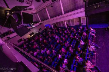 Widok z balkonu na widownię Teatru Miejskiego w Gliwicach w trakcie premiery Przygód Tomka Sawyera według Marka Twaina w reżyserii Krzysztofa Materny, foto Jeremi Astaszow