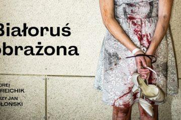 """Plakat do spektaklu """"Białoruś obrażona"""" Andreia Kurieichika w Teatrze Miejskim w Gliwicach. Na zdjęciu, na tle chropowatej ściany widzimy fragment dziewczyny. Ma brudną, zakrwawioną sukienkę, ma związane ręce w których trzyma brudne ale eleganckie buty szpilki."""
