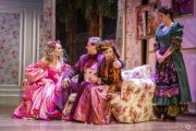 """Aktorki na scenie w spektaklu """"Ożenek"""". Trzy siedzą na szezlongu, jedna stoi obok"""