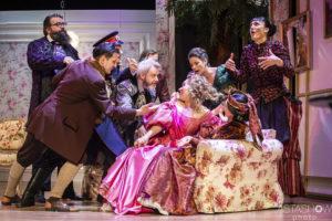 """Scena grupowa ze spektaklu """"Ożenek"""" w centrum Karolina Olga Burek w wystawnej sukni, wokół niej zamieszanie"""