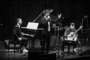 Koncert projektu ADELA. Na scenie dwóch muzyków i wokalista.