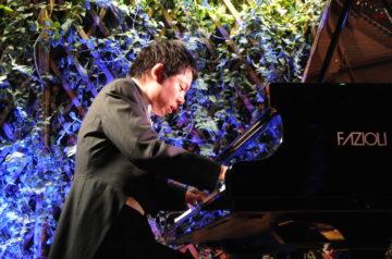 Przy fortepianie Takashi Yamamoto.