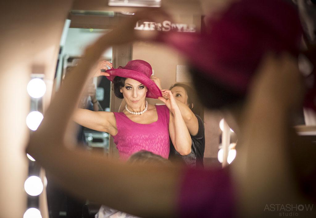 """Aktorka Aleksandra Maj w garderobie przygotowuje się do spektaklu """"Wieczór kawalerski"""""""