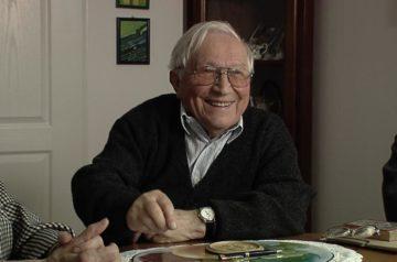 """Kadr z filmu """"Gliwickie lata"""". Uśmiechnięty Tadeusz Różewicz."""