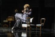 """Karolina Olga Burek jako Konstancja w spektaklu """"Amadeusz"""", aktorzy podnoszą ją do góry, obok rozrzucone krzesła"""
