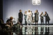 """Scena zbiorowa ze spektaklu """"Amadeusz"""" w reżyserii Norberta Rakowskiego"""