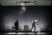 Na scenie Błażej Wójcik jako Salieri oraz Karolina Olga Burek i Mateusz Trzmiel. Nad głowami aktorów fragment scenografii, który stanowi olbrzymia dziura w suficie.
