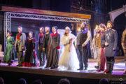"""Aktorzy stoją na scenie podczas oklasków po premierze spektaklu """"Ożenek"""""""