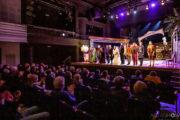 """Publiczność oklaskuje aktorów po premierze spektaklu """"Ożenek"""". Aktorzy kłaniają się."""