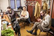 """Aktorzy w garderobie przed premierą spektaklu """"Ożenek"""""""