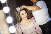 Aktorka Karolina Olga Burek w garderobie podczas przygotowywania fryzury