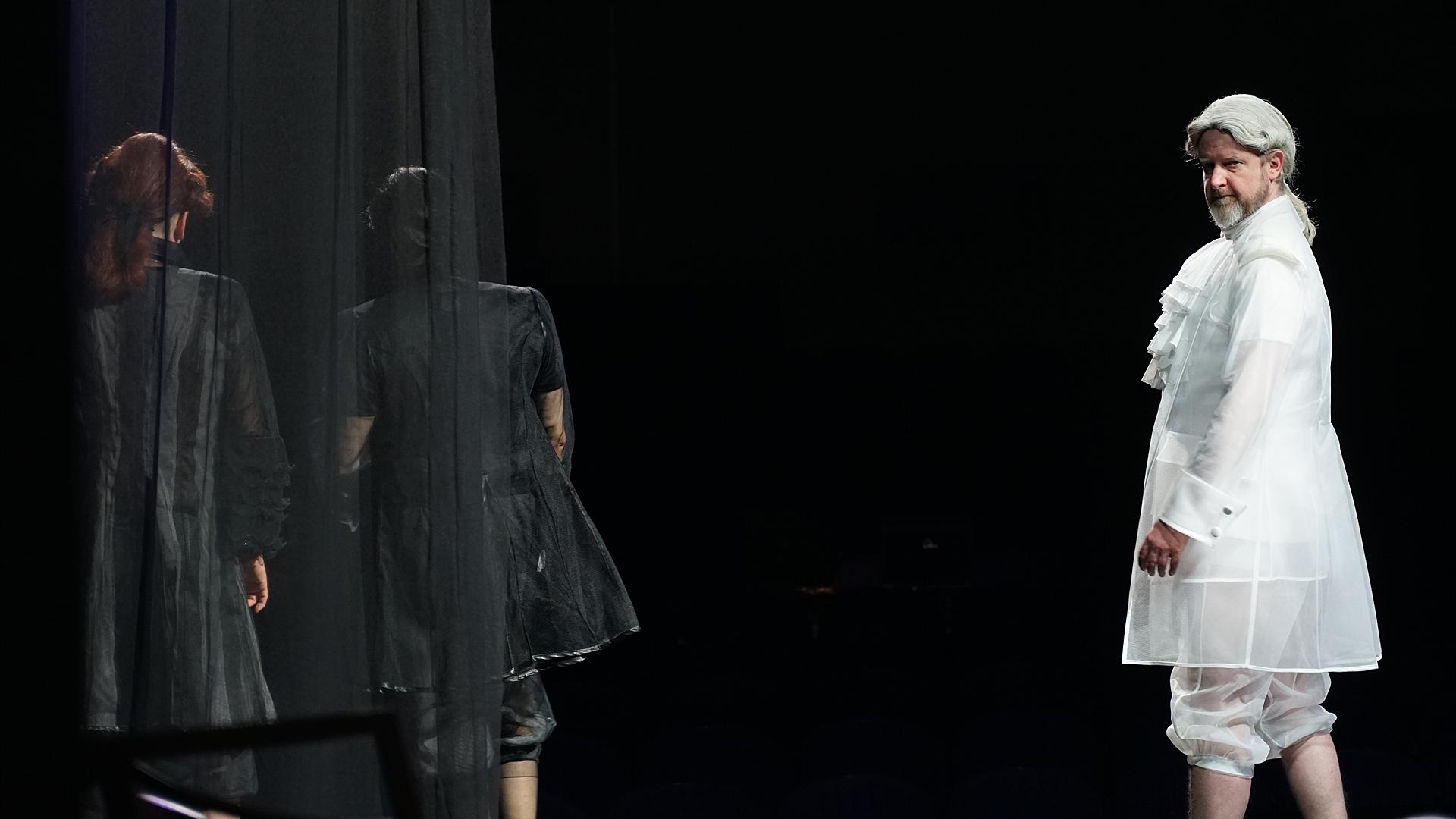 """Aktorzy na scenie w spektaklu """"Amadeusz"""". W białym stroju Krzysztof Prałat"""