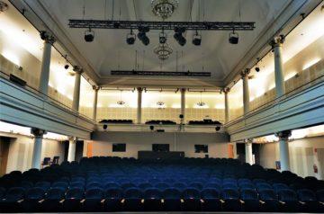 Sala Teatru Miejskiego w Gliwicach. Widok na widownię teatru. Autorem zdjęcia jest Jerzy Jan Połoński