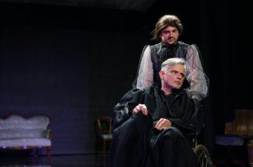 """Próba do spektaklu """"Amadeusz"""", na wózku inwalidzkim siedzi aktor Błażej Wójcik, za nim Kornel Sadowski"""