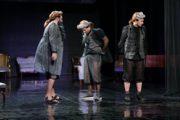 """Aktorzy na scenie w próbie do spektaklu """"Amadeusz"""". Stroje aktorów są jeszcze niekompletne"""
