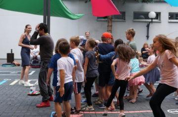 Dzieci bawią się z prowadzącym na Teatralnym Placu Zabaw