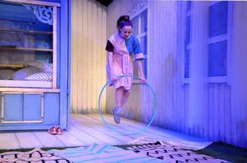 Dziewczyna skacze przez hula hop