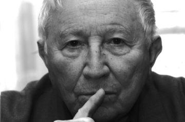 Portret Tadeusza Różewicza. Z góry obrazka logo Nagrody Dramaturgicznej im. Tadeusza Różewicza